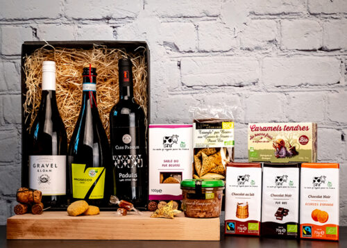 Our Organic Wine Hamper is the ideal gift for organic wine lovers with 3 bottles of wonderful old world wines and a selection of tasty organic treats.